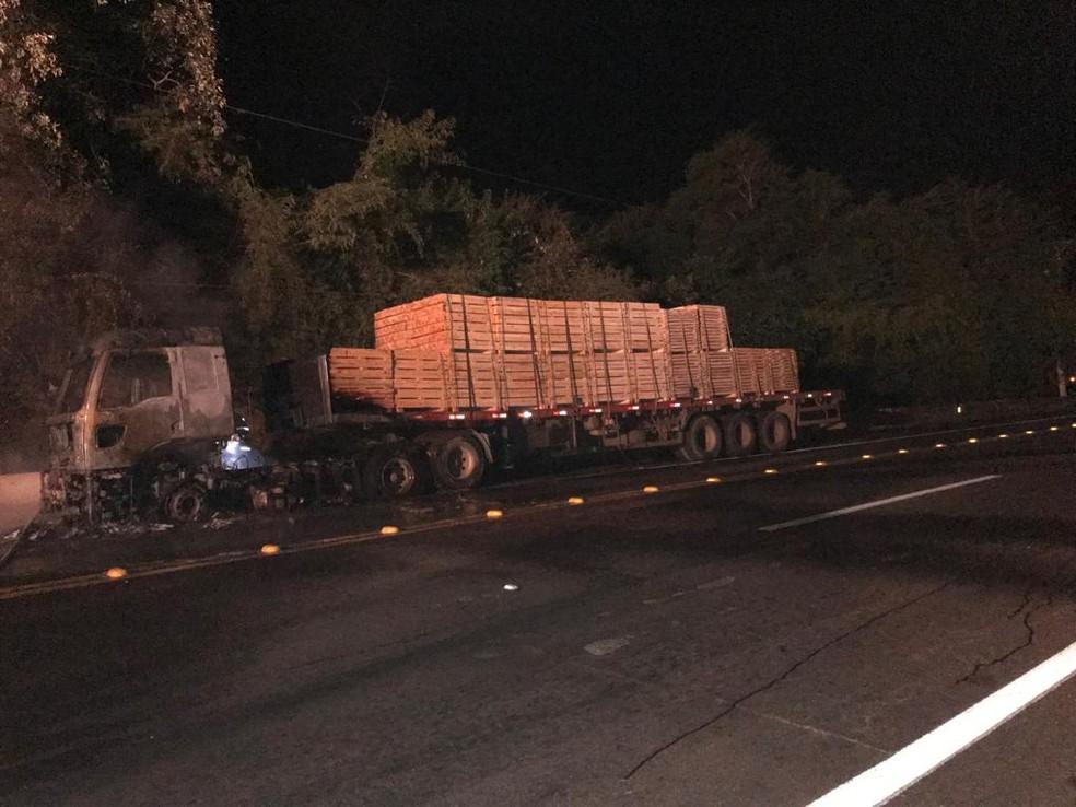 Parte da carga de madeira foi consumida pelas chamas, motorista saiu ileso do acidente em Botucatu (SP).  — Foto: Corpo de Bombeiros/ Divulgação