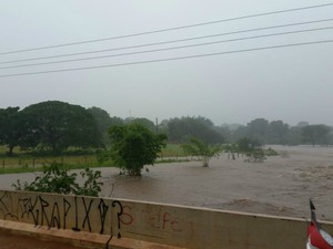 Com chuva, nível de rio sobe e enchente traz estragos a Rio Verde de Mato Grosso MS (Foto: Yham Chagas/Portal do Chagas)