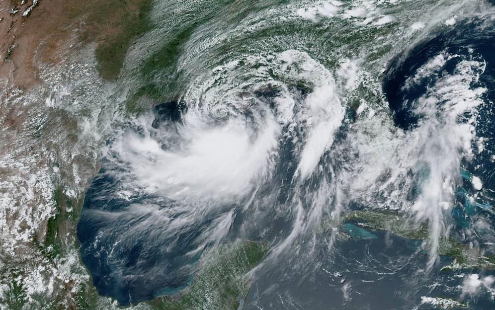 A tempestade tropical Barry se aproxima da costa da Louisiana a partir do Golfo do México, em foto de satélite de sexta-feira (12) — Foto: NOAA/Handout via Reuters