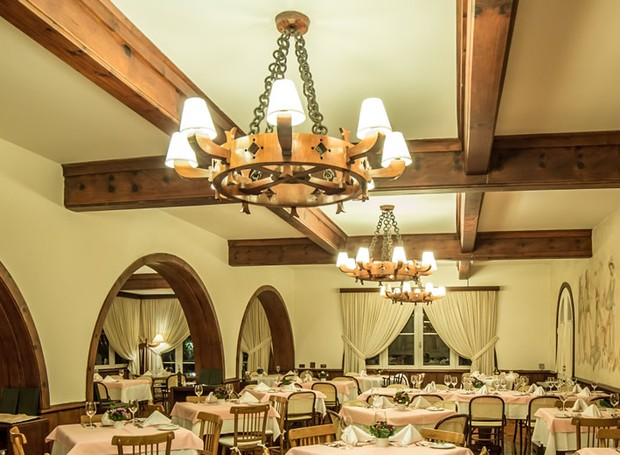 O restaurante Pennacchi dentro do hotel Toriba possui arquitetura acolhedora e o charme dos afrescos pintados na parede (Foto: Toriba/ Reprodução)