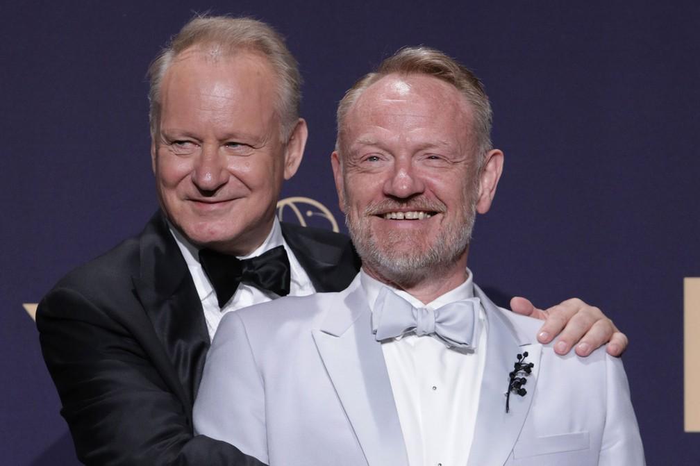 Stellan Skargard e Jared Harris, protagonistas de 'Chernobyl', posam nos bastidores do 71º Emmy no Microsoft Theatre, em Los Angeles, no domingo (22) — Foto: Reuters/Monica Almeida