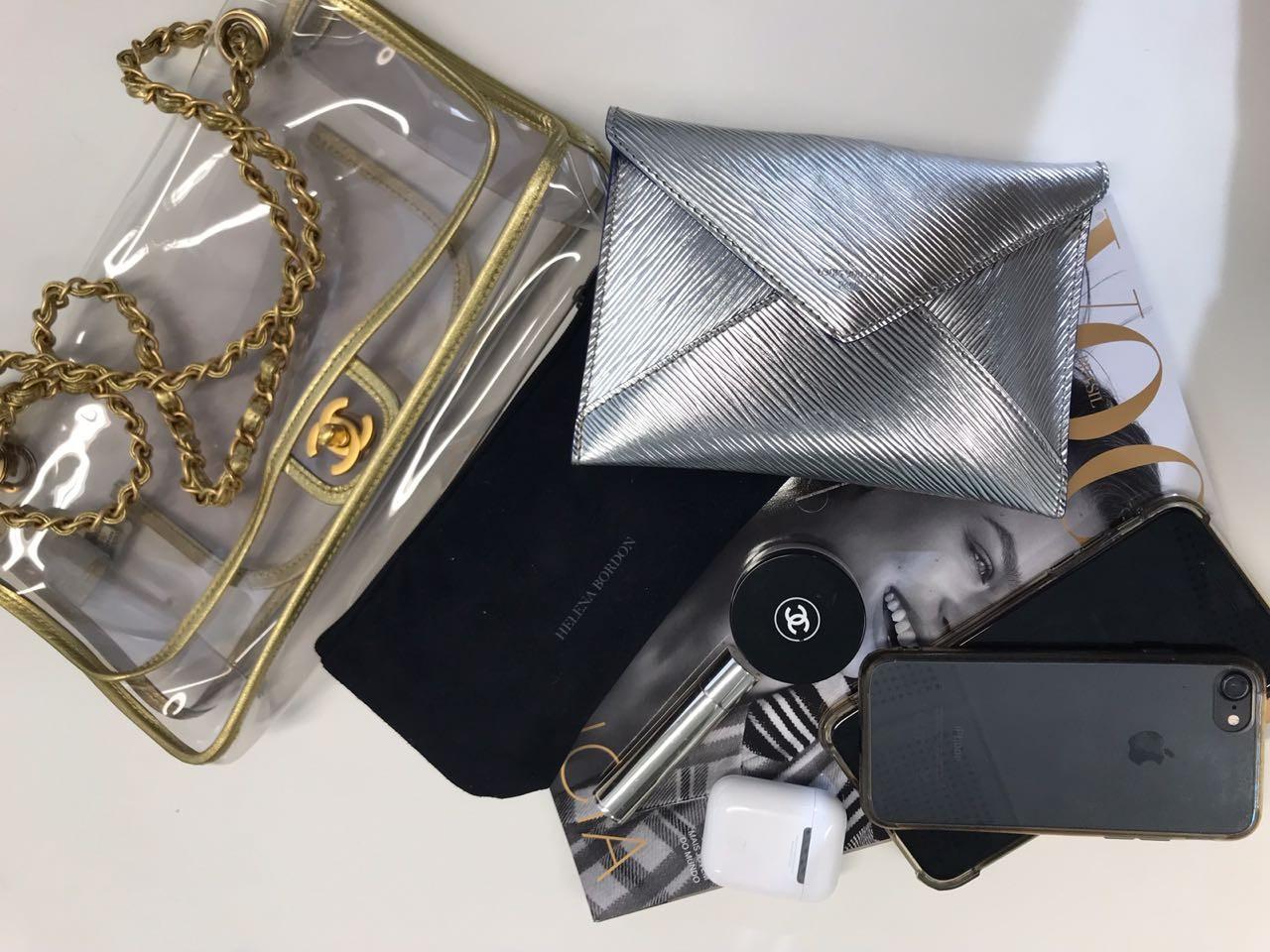 Os itens que Donata carrega na sua Chanel transparente vintage (Foto: Vogue)