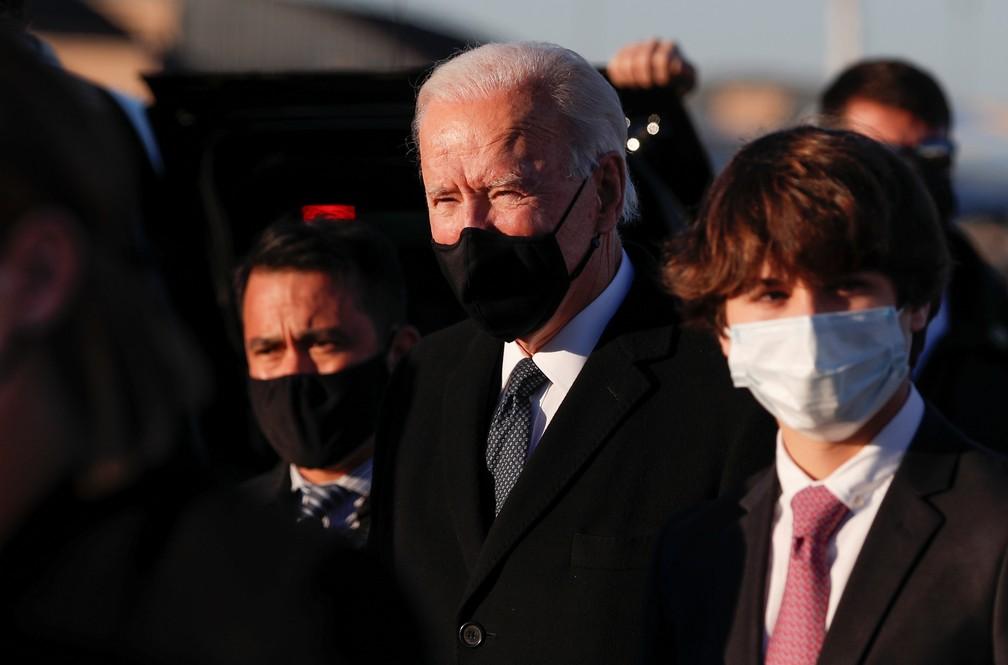 Biden chega a Washington nesta terça-feira (19), na véspera da posse como presidente dos EUA. — Foto: REUTERS/Tom Brenner