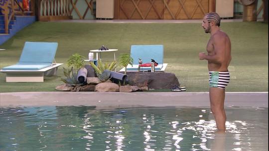 Kaysar mergulha na piscina: 'Última vez'