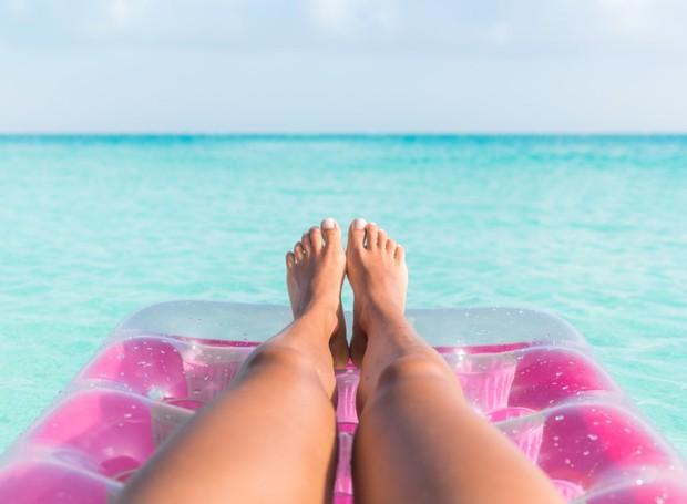 Os raios ultravioletas causam danos à pele, enquanto os protetores solares tem o poder de proteger a derme (Foto: Shutterstock/ Reprodução)
