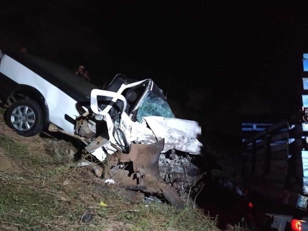 Carro bateu de frente com um caminhão ao tentar desviar de buraco na Zona Norte de Natal (Foto: Acson Freitas/Inter TV Cabugi)