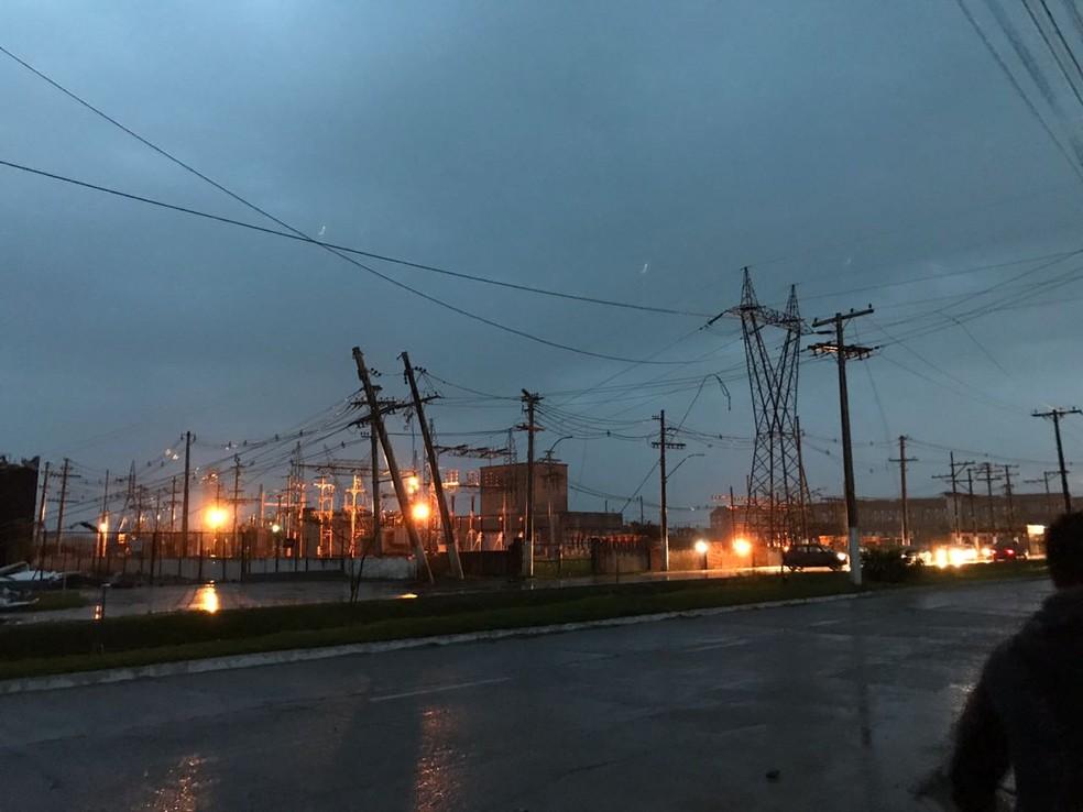 Em Pelotas, as fortes rajadas de vento atingiram casas e lojas. — Foto: Fábio Eberhardt/RBS TV