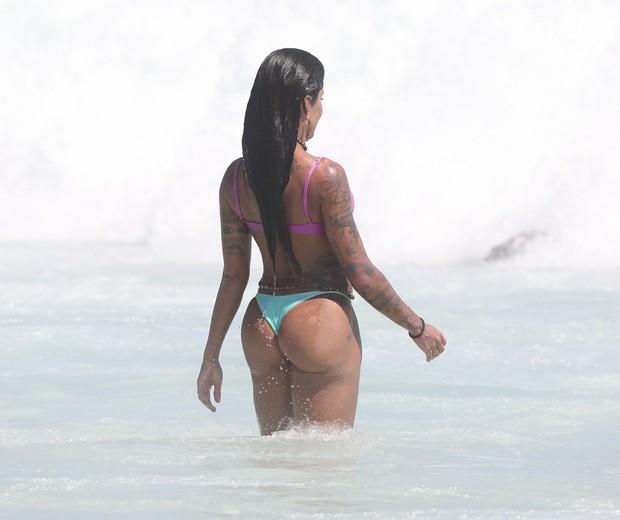 Aline Riscado na praia da Barra da Tijuca (Foto: Dilson Silva/AgNews)
