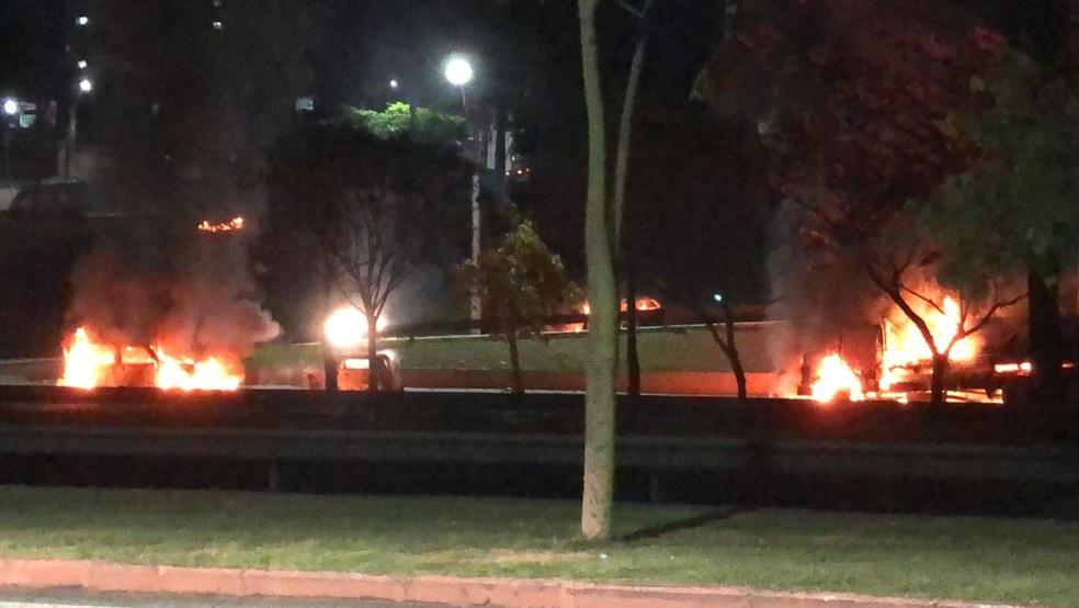 Protesto com queima de veículos causa tumulto na Avenida Fundo do Vale em São José — Foto: Bruna Capasciutti/ TV Vanguarda