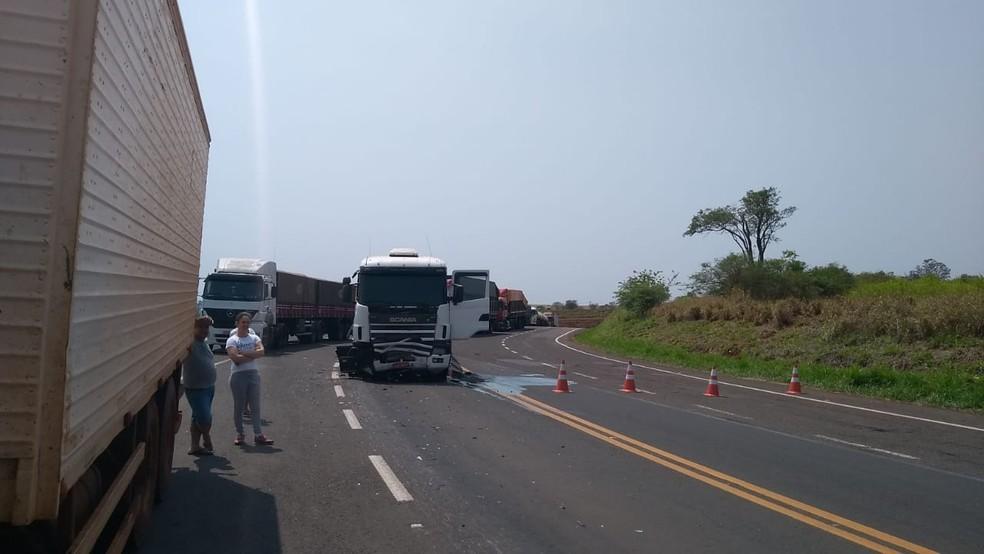 Carro colidiu com um caminhão na rodovia Raposo Tavares em Paraguaçu Paulista — Foto: Arquivo pessoal/Pascoal Santos