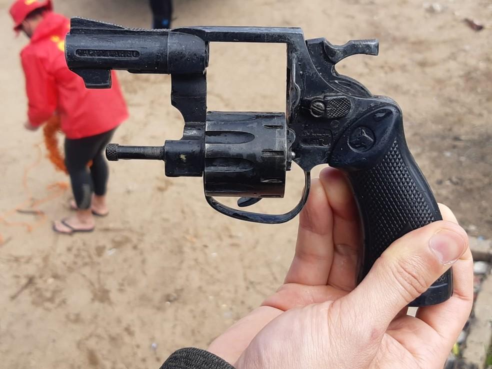 Arma utilizada no crime foi encontrada no Rio Jaguarão nesta quinta-feira (17) — Foto: Divulgação / Polícia Civil