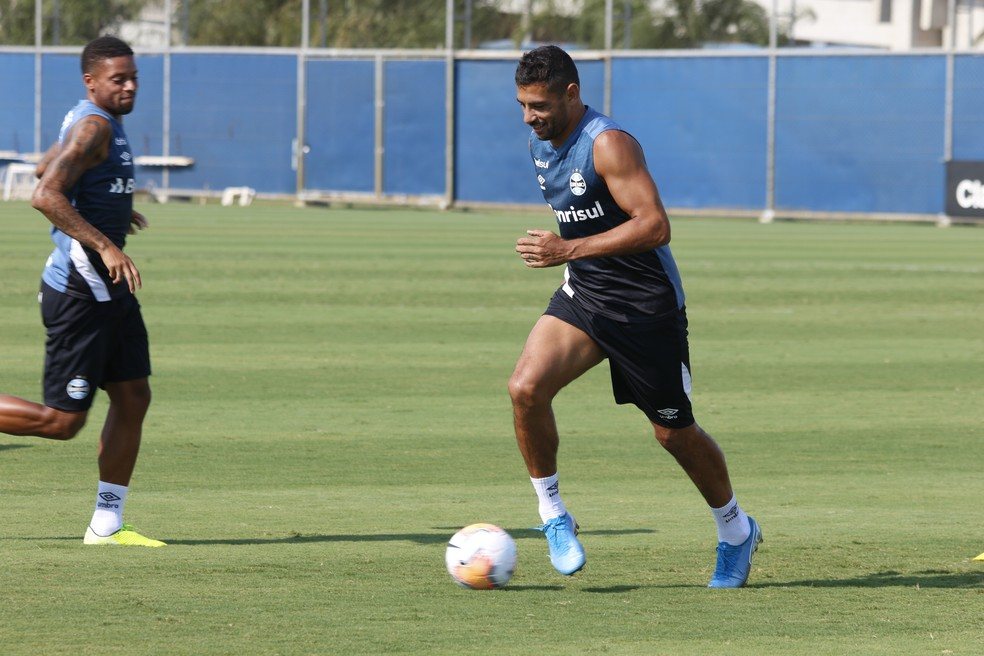 Diego Souza encosta em gols do companheiro André durante todo ano passado — Foto: Eduardo Moura