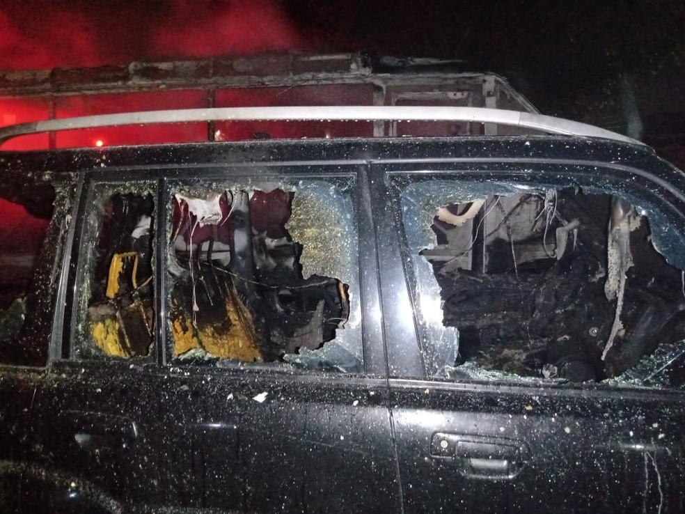 Carro ficou parcialmente destruído pelo fogo na Zona Norte de Natal — Foto: Corpo de Bombeiros/Divulgação