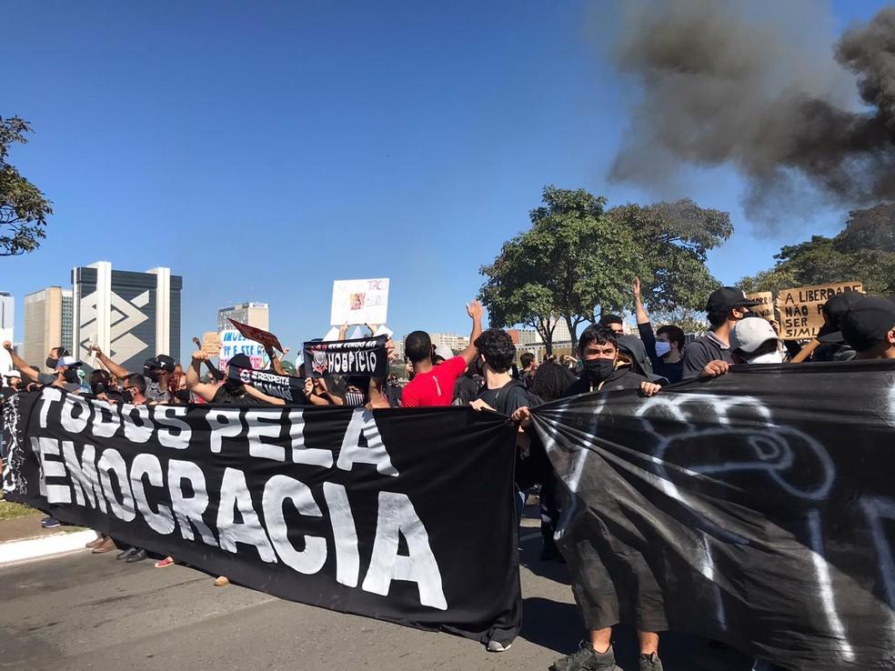 Manifestantes protestam na Esplanada dos Ministérios, neste domingo (7) — Foto: Afonso Ferreira/G1