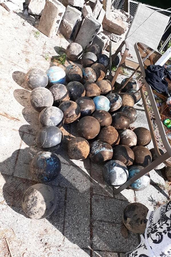 Homem encontra mais de 150 bolas de boliche enterradas em casa (Foto: Reprodução/Facebook David Olson)