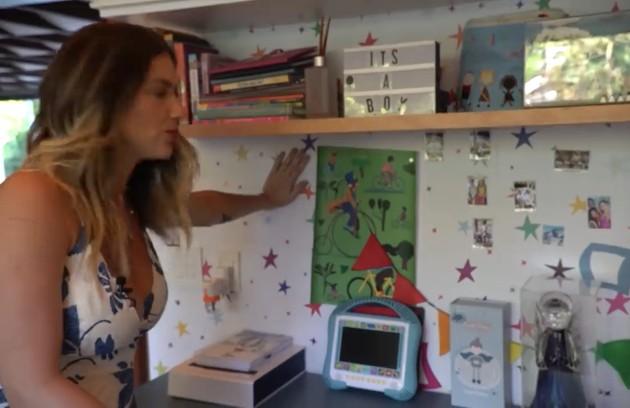 O quarto conta também com um painel magnético, onde são coladas fotografias da família: 'Eu acho muito legal para as crianças poderem olhar. Foto eu acho que faz com que a gente reviva o momento' (Foto: Reprodução)