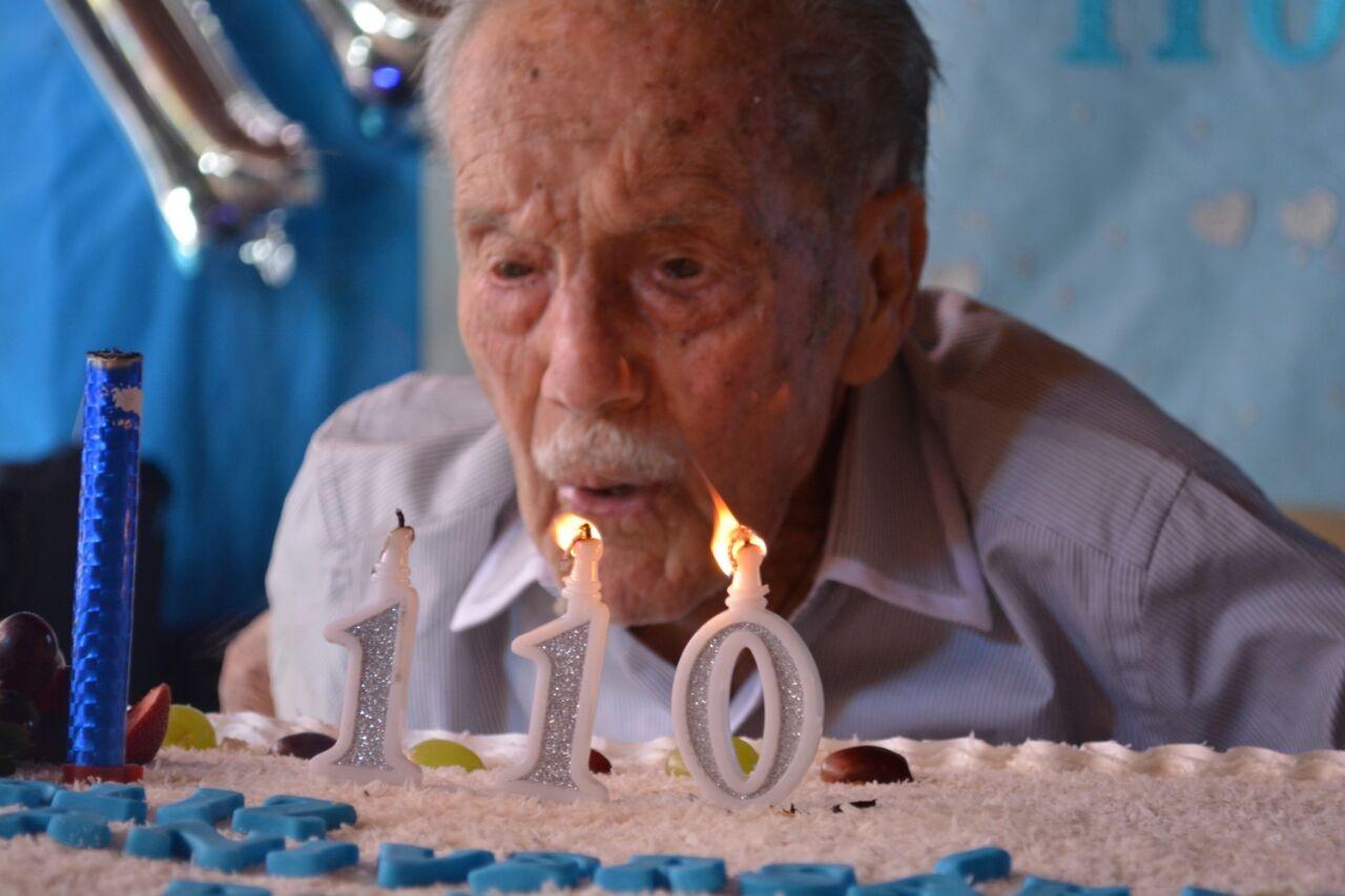 Idoso celebra 110 anos com festa e bebe até champanhe em Muniz Freire, no ES