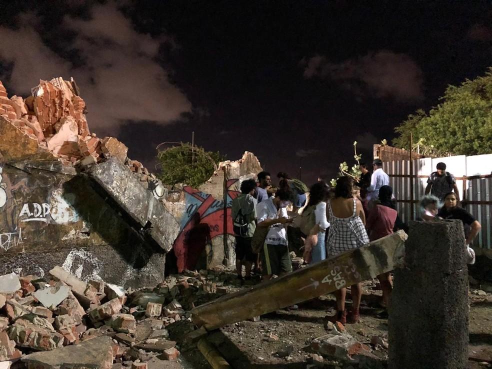Manifestantes contrários ao Projeto Novo Recife entram em área da demolição dos armazéns do Cais José Estelita â?? Foto: Pedro Alves/G1