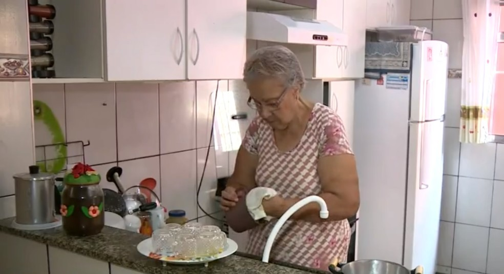 A aposentada Maria Cleide Martins descobriu que tinha alguma coisa errada com a mama fazendo o autoexame em casa — Foto: Reprodução/ EPTV