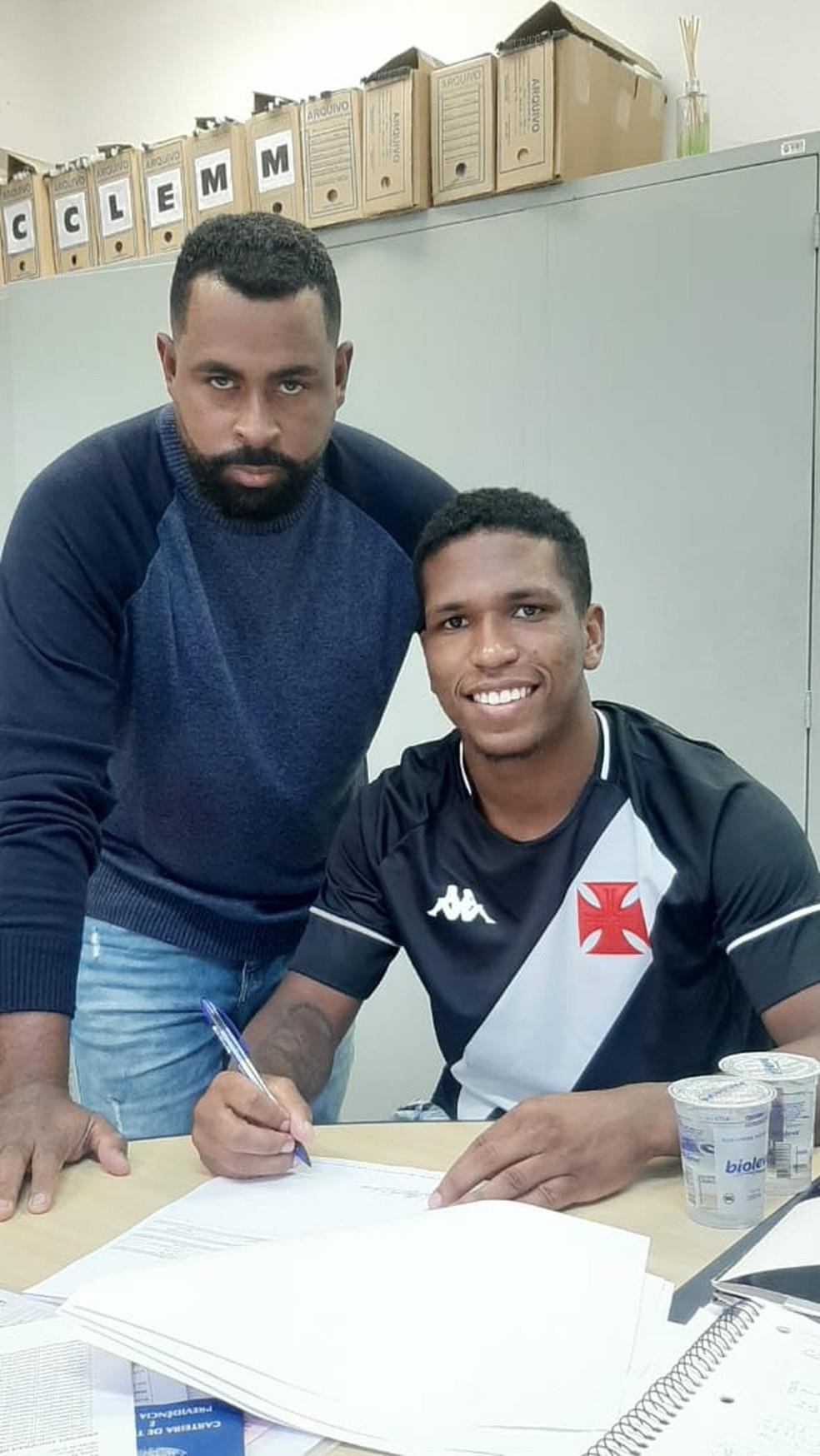 Juninho assinou novo contrato com o Vasco — Foto: Divulgação