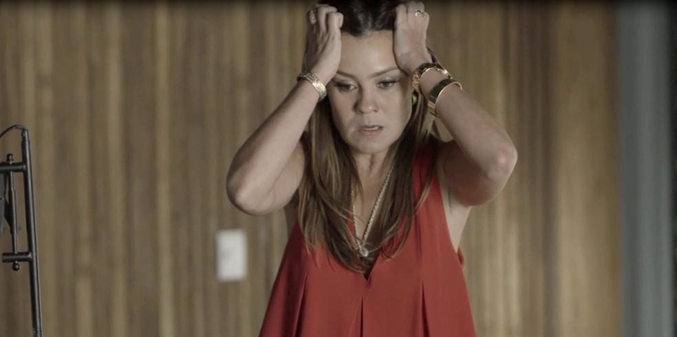 Laureta fica desesperada... O que será que ela vai fazer? (Foto: TV Globo)