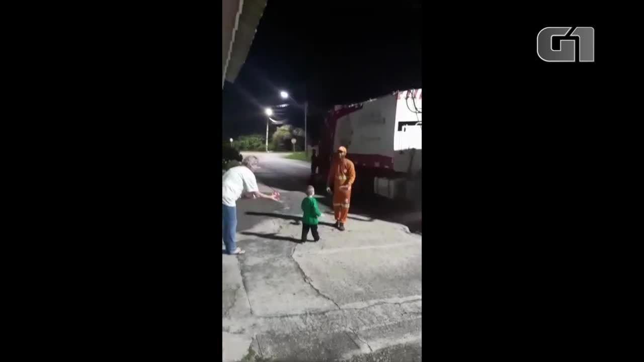 Menino pede para mãe comprar chocolates para presentear coletores de lixo em Araucária