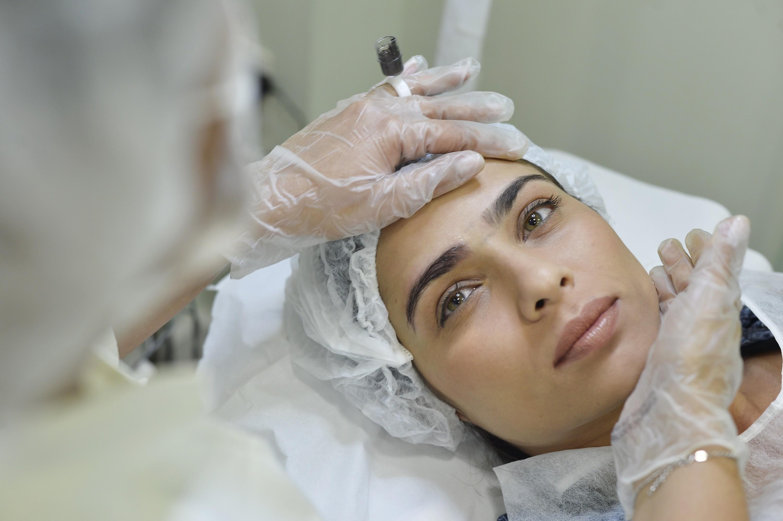 Paciente faz a sobrancelha ombré
