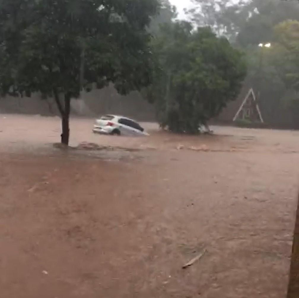 Veículos foram levados pela enxurrada no Parque do Povo, em Presidente Prudente — Foto: Camila Cremonezi/Cedida