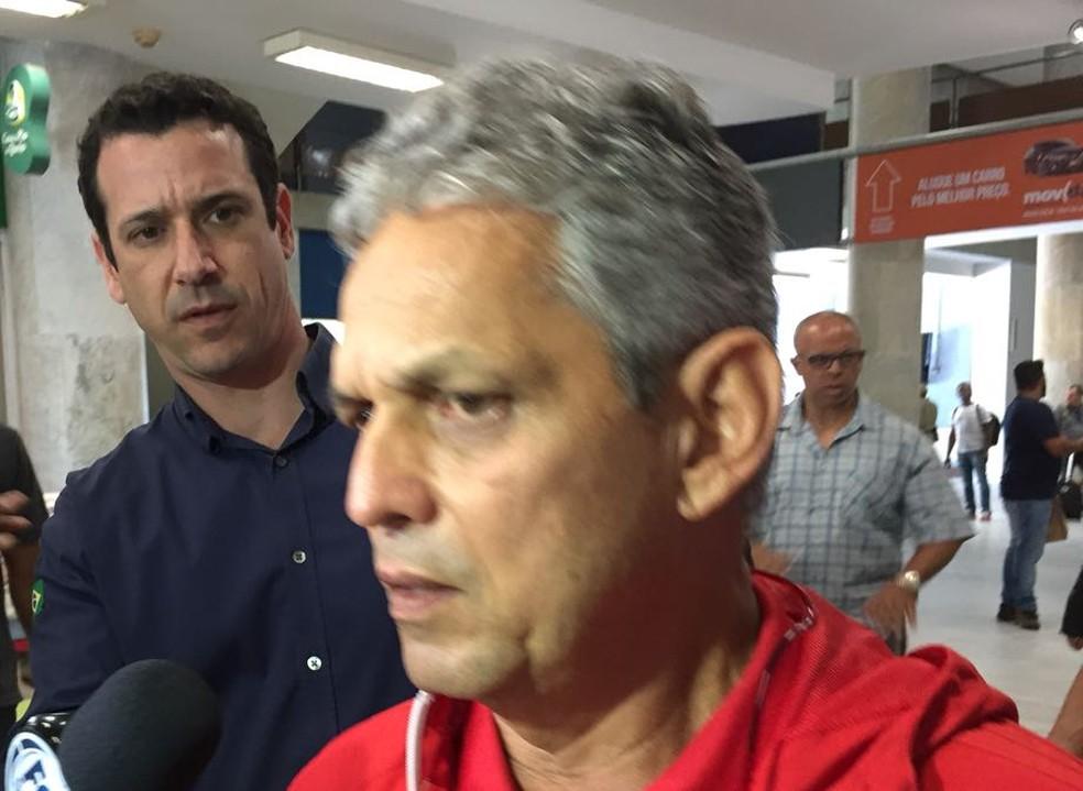 Reinaldo Rueda em desembarque do Flamengo no Rio de Janeiro (Foto: Fábio Cardoso)