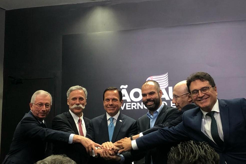 João Doria e Bruno Covas posam com secretários de governo e executivos da Fórmula 1 nesta terça-feira (25). — Foto: Patricia Figueiredo/G1