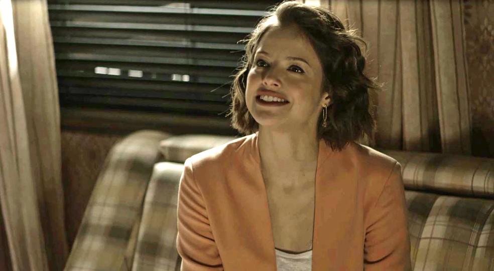 Josiane (Agatha Moreira) tenta despistar perguntas de Camilo (Lee Taylor), na novela 'A Dona do Pedaço'  Foto: Globo