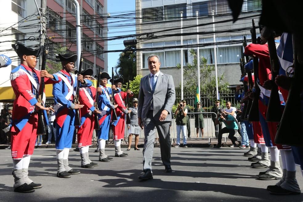 Governador Rui Costa em revista à tropa no desfile do 7 de setembro, em Salvador — Foto: Mateus Pereira/ GOVBA