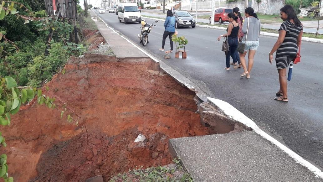 Erosão destrói parte de calçada na Avenida dos Holandeses em São Luís