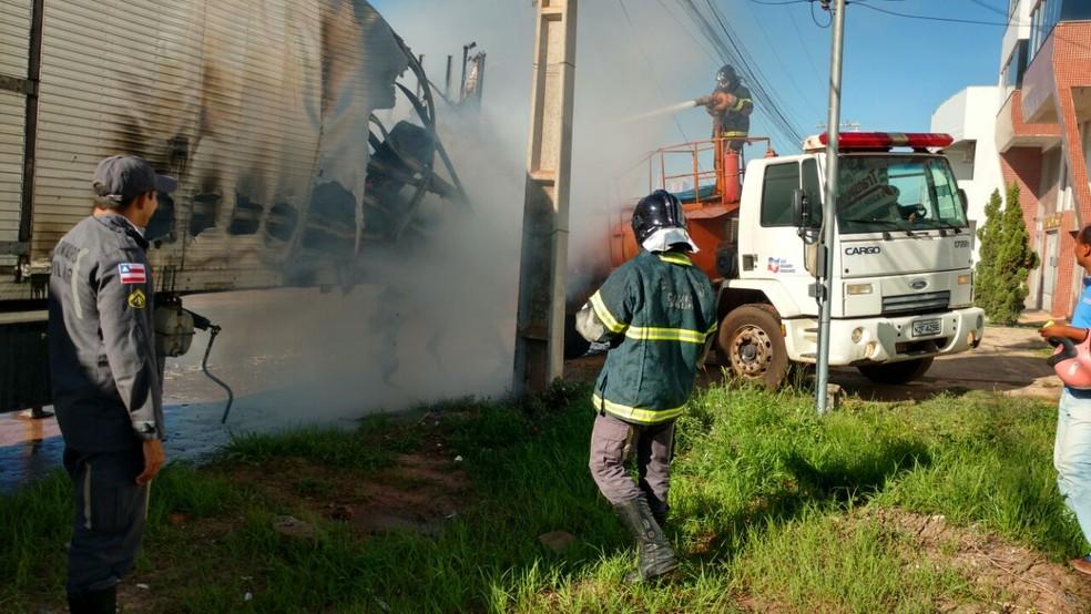 Baú pegou fogo na Avenida JK, principal de Luís Eduardo Magalhães (Foto: Edivaldo Braga/ Blog do Braga)