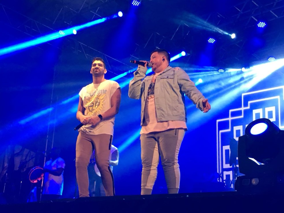 -  Ferrugem e Dilsinho cantaram juntos no fim do show desta quarta-feira  13   Foto: Ana Paula Yabiku / G1