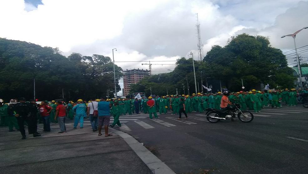 Trabalhadores da Construção Civil fecham cruzamento da Avenida 13 de Maio com Universidade em Fortaleza. (Foto: Denise Brandão/G1 Ceará)