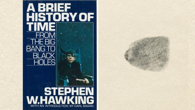 Uma cópia do best-seller de Hawking, 'Uma breve história do tempo', a ser leiloada traz uma impressão digital dele  (Foto: Divulgação/Christie's via BBC)