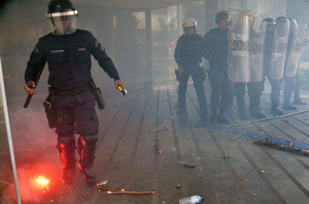Policial durante protesto na sede do Ministério da Educação (Foto: Renato Costa/Framephoto/Estadão Conteúdo)