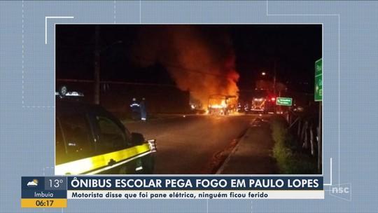 Fogo deixa micro-ônibus escolar destruído e atinge fiação em marginal da BR-101 na Grande Florianópolis