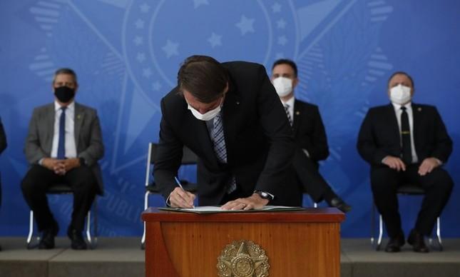 Bolsonaro usa máscara