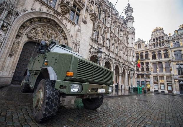 Tanque posicionado em frente à prefeitura de Bruxelas, na Bélgica (Foto: Agência EFE)