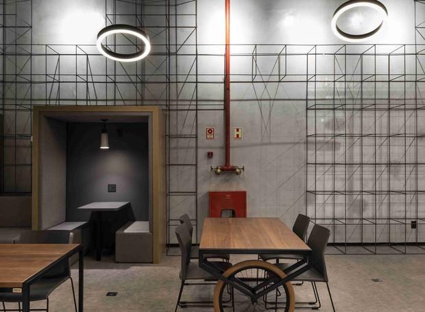 Um destaque para as mesas da Ironwood e cadeiras da Marelli. As Luminárias redondas do teto são da Comespe. (Foto: Marcelo Donadussi/Divulgação)