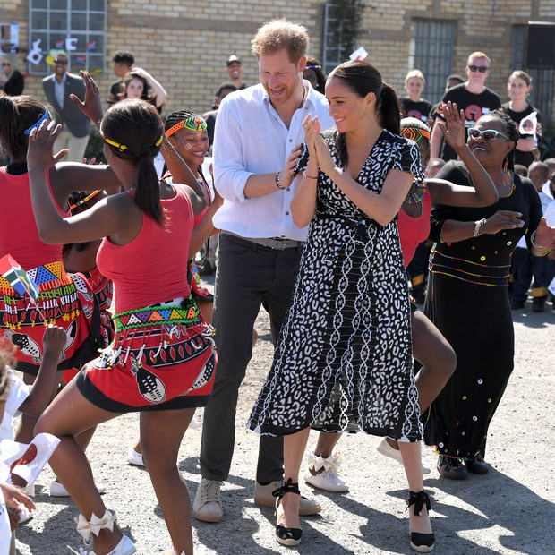 CAPE TOWN, SOUTH AFRICA - SEPTEMBER 23: Prince Harry, Duke of Sussex and Meghan, Duchess of Sussex visits the Nyanga Township during their royal tour of South Africa on September 23, 2019 in Cape Town, South Africa. (Photo by Karwai Tang/WireImage) (Foto: WireImage)