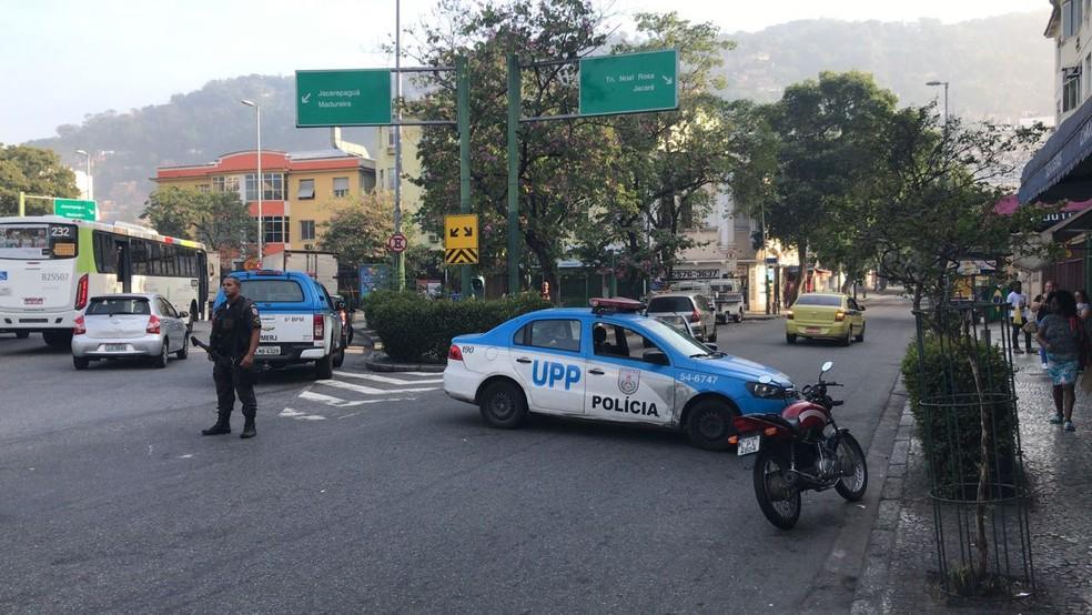 Ruas que dão acesso ao morro foram fechadas ao tráfego (Foto: Guilherme Peixoto / TV Globo)