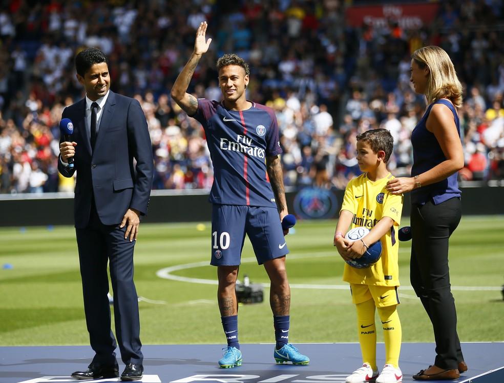 Neymar foi apresentado com pompas ao lado do presidente do PSG, Nasser Al-Khelaïfi (Foto: AP Photo / Francois Mori)