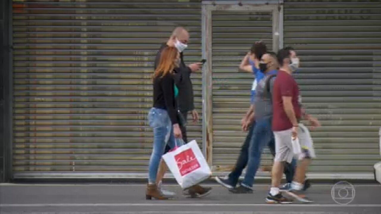 Três em cada dez brasileiros estão com mais contas em atraso