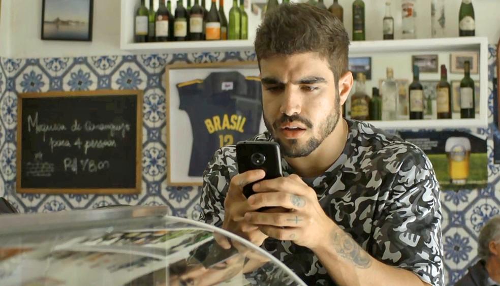 Rock (Caio Castro) fica perplexo ao descobrir segredo de Jô (Agatha Moreira), em 'A Dona do Pedaço' — Foto: Globo