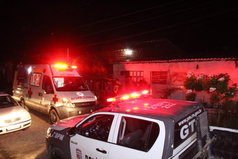 Serviço de Atendimento Móvel de Urgência prestou socorro no duplo homicídio, no bairro Alto de São Manoel, em Mossoró — Foto: Marcelino Neto/O Câmera