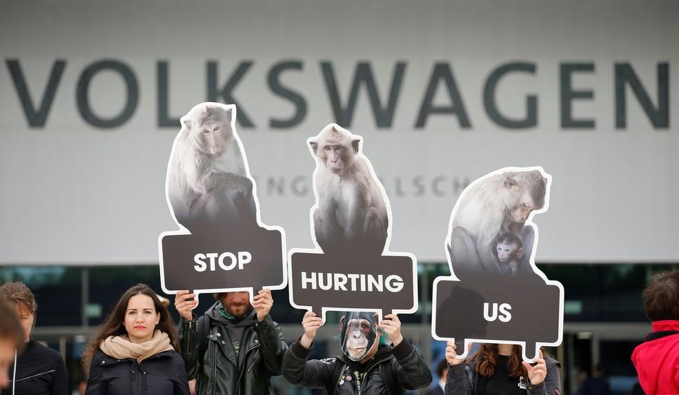 Ativistas protestam em encontro de acionistas da Volkswagen (Foto: Axel Schmidt/Reuters)