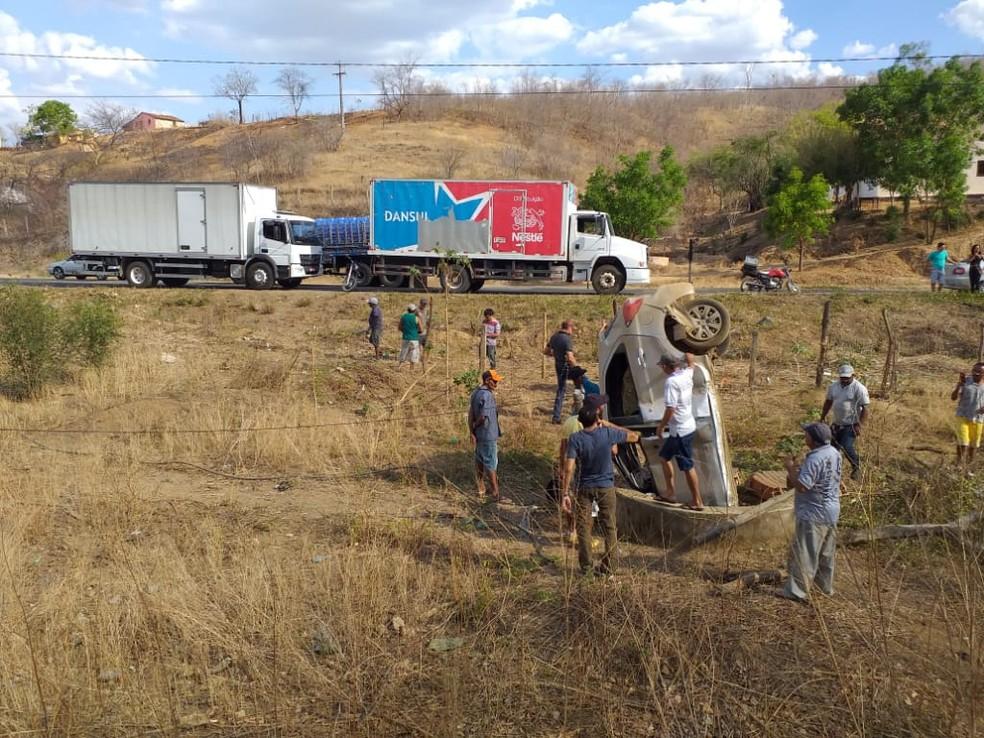 Carro capotou na rodovia estadual CE-060 após o motorista perder o controle do veículo — Foto: Valéria Alves/SVM